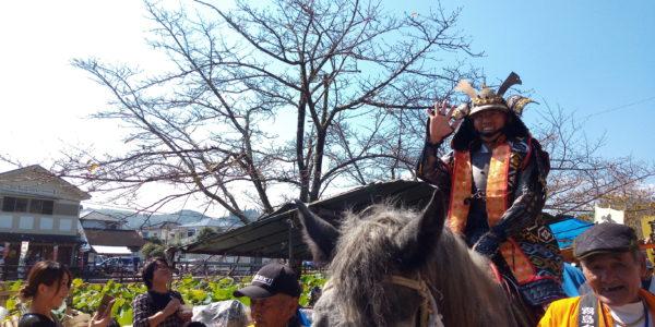 甲冑姿の松岡人吉市長